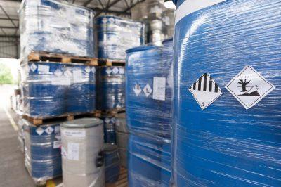 Blå spændelågsfade indeholdende miljøfarligt produkt